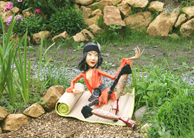 папье-маше, бисер, перья страусенка, кожа, мундштук - дерево, 80 х 54 см, 2006 г.
